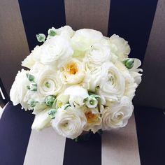 Simple whites and creams always in style #fly_bride #whitewedding #nauticalweddings #beachbride #bouquets #florist #ocbeachevents #ocdestinationweddings #destinationbrides