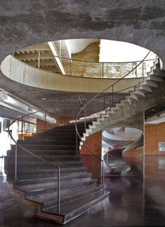 Escada do edifício mam, ela se encontra assim hoje.