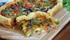 Torta salata mediterranea: un fragrante guscio di pasta sfoglia racchiude un goloso ripieno senza uova, con verdure grigliare, come melanzane e peperoni, ..