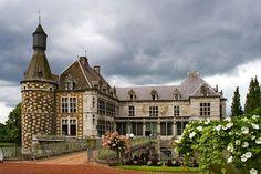 Situé au sud-ouest de la ville de Liège, le site où a été construit le château de Jehay était déjà habité plusieurs siècles avant J.-C. à l'époque des Celtes. C'est au XVIIIe siècle qu'il prend sa forme actuelle, lorsque la seigneurie est achetée par Lambert Amand van den Steen.