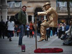Artista 'narigudo' flutua e chama atenção em Londres