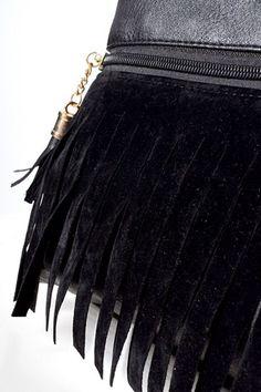 Torebka typu saszetka o prostokątnym kroju wykonana została z materiałów skóropodobnych w połączeniu z zamszem. Zapinana na zamek błyskawiczny,posiada tekstylną podszewkę. Dodatkowo wyposażona w regulowany pasek. Została wykonana w uniwersalnym ale eleganckim stylu, będzie doskonałym dodatkiem do wielu stylizacji.