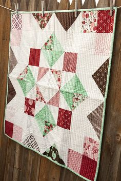 Check out this trendy quilt sewing - what a very creative project Star Quilts, Mini Quilts, Baby Quilts, Quilt Blocks, Layer Cake Quilts, Layer Cakes, Down Quilt, Sunflower Quilts, Charm Pack Quilts