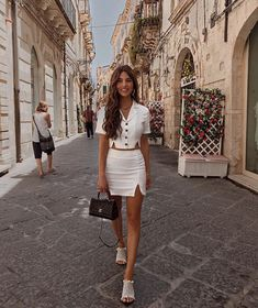 street fashion photography looks stunning! Paris Outfits, Mode Outfits, Spring Outfits, Casual Outfits, Fashion Outfits, Womens Fashion, Fashion Trends, 90s Fashion, Outfit Summer