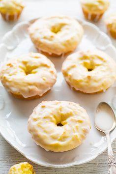 Baked Lemon Donuts with Lemon Glaze. Baked Lemon Donuts with Lemon Glaze - They taste like the Starbucks lemon loaf but in donut (or mini muffin) form! Easy no mixer recipe. Lemon Desserts, Lemon Recipes, Sweet Recipes, Brunch Recipes, Recipes Dinner, Baked Donut Recipes, Baked Doughnuts, Starbucks Lemon Loaf, Dessert Oreo