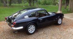 La Triumph GT6 est le model fastback de la très connue Spitfire. Elle fut produite à 40 000 exemplaires au total. Celle-ci est une MK2 de 1969. Le moteur est un 6 cylindres en lignes qui développe 104 CV. Elle a beaucoup de couple mais exige de la prudence car les freins sont très légers. La ligne est magnifique est à 36 000 km d'origine, l'historique est connue depuis le début.