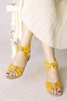Mùa hè các kiểu giày sandal được nhiều bạn gái yêu thích và thường được chưng diện nhiều nhất và một trong số đó mà chúng tôi muốn kể với các bạn hôm nay đó chính là kiểu sandal cổ lọ - được sử dụng nhiều trong mùa hè năm nay, kiểu sandal này khá trẻ trung, năng động hiện đại nhưng vẫn đảm bảo sự thoải mái tiện lợi giúp đôi chân của bạn thanh thoát, nhẹ nhàng hơn.