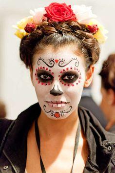 Totenkopf-Make-up kombiniert mit Flechtkreationen und Rosenaccessoires - wir zeigen exklusive Backstage-Bilder