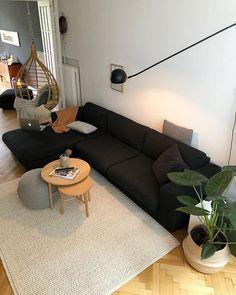 Wohnzimmer - schwarzes Sofa/Hängesessel/Stehlampe/Pflanze/Pouf