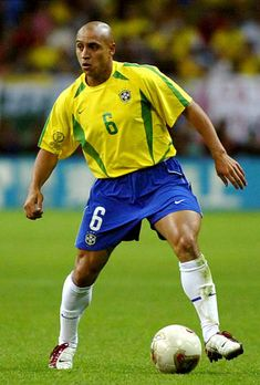 Roberto Carlos of Brazil in action during the FIFA World Cup Korea/Japan semi final match between Brazil and Turkey at the Saitama Stadium on June 2002 in Saitama, Japan. Soccer Guys, Soccer Stars, Football Boys, World Football, Football Players, Ronaldo, Fifa, Champions League, Brazil Football Team