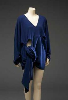 14-11-11 CMU Top (ca. 1985) Rei Kawakubo (ontwerper), Comme des Garçons. Blauwe lange wollen trui.