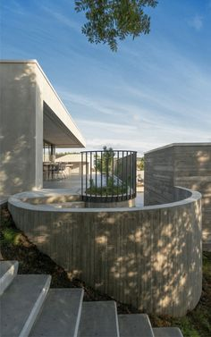 Unique wood and concrete fortress called Private Residence created by Trípólí to play with shapes and contrasts Concrete Materials, Property Design, Architect House, Concrete Planters, Flat Roof, Modern Buildings, Stairways, Interior And Exterior, Architecture Design