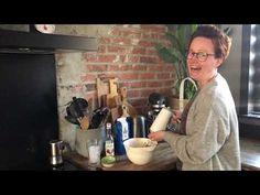 Dalgona koffie is momenteel een ware hype. Je maakt hem nu heel simpel zelf! Het enige dat je nodig hebt is instantkoffie, suiker, water en melk. Food And Drink, Cocktails, Om, Water, Lights, Craft Cocktails, Gripe Water, Cocktail, Drinks