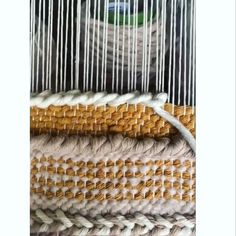 Weaving Loom Diy, Weaving Art, Tapestry Weaving, Loom Weaving Projects, Macrame Patterns, Weaving Patterns, Weaving Wall Hanging, Peg Loom, Macrame Design