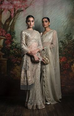 Traditional Indian outfits always make us feel gorgeous and beautiful. An Indian attire can take your glamour quotient to another level.Here are some Indian ethnic wardrobe essentials for girls, without them our wardrobe is incomplete. Sabyasachi Sarees, Indian Sarees, Anarkali, Lehenga Choli, Indian Wedding Outfits, Indian Outfits, Mode Ootd, Look Short, Indian Look