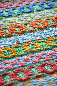 No instructions. Just love the way the colors are changed within the pattern. Weaving Designs, Weaving Patterns, Textile Patterns, Textile Art, Woven Rug, Woven Fabric, Loom Weaving, Hand Weaving, Swedish Weaving