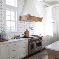 White kitchen tile ideas for modern house 16 Cottage Kitchen Tiles, Home Decor Kitchen, Interior Design Kitchen, New Kitchen, Vintage Kitchen, Spanish Tile Kitchen, Kitchen Bars, Brass Kitchen, Awesome Kitchen