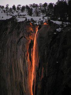 Horsetail Fall=Queda Cavalinha, localizado no Parque Nacional de Yosemite, na Califórnia