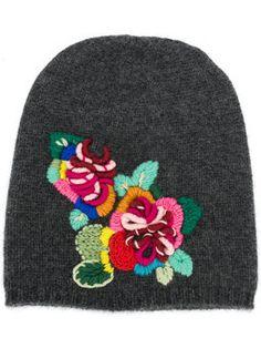вязаная шапка с цветочной вышивкой