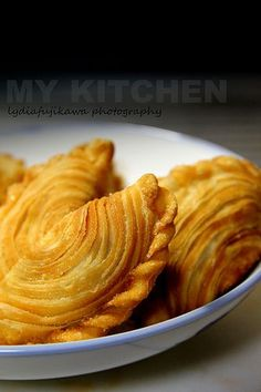 My Kitchen: Spiral Curry Puff [Karipap Pusing] Asian Snacks, Asian Desserts, Savory Snacks, Snack Recipes, Cooking Recipes, Beignets, Indian Food Recipes, Asian Recipes, Indonesian Recipes