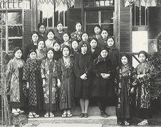 シャネップ教授を中心に女専合唱団(ミリアム・クワイア)(1927年)