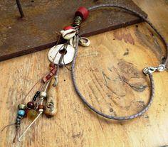 Un collier avec ces réceptacles de secrets par annemarietollet