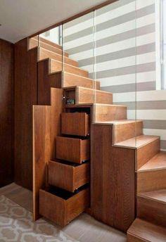Armarios con cajones aprovechando el espacio del hueco de la escalera