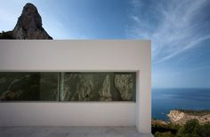 Image 46 of 47 from gallery of House on the Cliff / Fran Silvestre Arquitectos. Photograph by Fran Silvestre Arquitectos Spanish Architecture, Residential Architecture, Contemporary Architecture, Architecture Design, Minimalist Architecture, Cliff House, Concrete Structure, Spanish House, White Houses