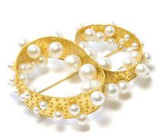 Brooch, gold, akoya pearls from Tania Gallas at Gallery Friends of Carlotta, contemporary jewelry Zurich, www.foc.ch
