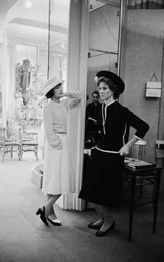 Mark Shaw - Coco Chanel with Suzy Parker in a Dark Suit, Photograph: im Angebot bei Coco Chanel Mode, Mademoiselle Coco Chanel, Coco Chanel Fashion, Robert Mapplethorpe, Annie Leibovitz, Richard Avedon, Suzy Parker, Vintage Outfits, Vintage Fashion