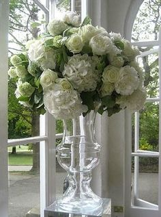 I would use white hydrangea & red roses for a festive centerpiece. Cut Flowers, Fresh Flowers, White Flowers, Beautiful Flowers, White Hydrangeas, White Roses, Red Roses, Deco Floral, Floral Design
