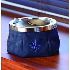 1 pièce   Ø 11,5cm   Hauteur 9cm  Ce cendrier est en acier inoxydable et revêtu de daim bleu, spécialement conçu pour le nautisme. Son couvercle antivent, sa forme évasée et sa matière antidérapante lui permettent de rester stable et ainsi éviter qu'il ne glisse durant vos traversées en bateau