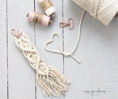 DIY für einen selbstgemachten Makramee-Anhänger A self-made macrame pendant is a perfect startup project. You will find the DIY with step by step instructions MrsGrennhouse. Diy Jewelry Unique, Diy Jewelry To Sell, Diy Jewelry Holder, Diy Jewelry Tutorials, Diy Jewelry Making, Easy Diy Crafts, Diy Crafts To Sell, Sell Diy, Diy Kids Room
