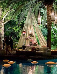 En plan tropical se nos ocurre optar por telas estilo jaima árabe, lámparas de aluminio y muchas velas. ¡Los invitados no lo olvidarán jamás!