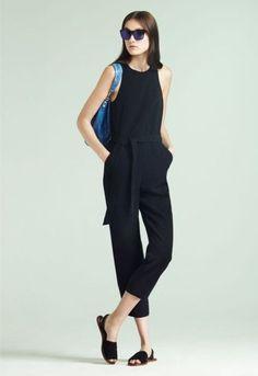 ウエストのベルトがポイントのシンプルなジャンプスーツはモダンで都会的な大人の女性に。色違いで白もあり。