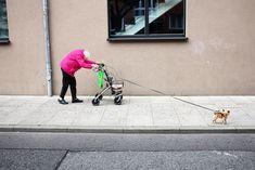 Le foto finaliste dei Sony World Photography Awards - Old friends  Amburgo, Germania, primavera 2017. La donna più graziosa del quartiere, nonostante il peso della vecchiaia. Sempre elegante, colorata, di buon umore, sorridente, non si lamenta mai, anche se ogni giorno è una lotta e una sfida per lei. Non si vede mai senza il suo migliore amico, il suo cane    (© Manuel Armenis, Germany, Shortlist, Open, Street Photography (Open competition), 2018 Sony World Photography Awards)