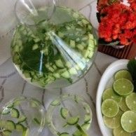 Cucumber Lime Mint Water One of the best things you can do for your health is cut out the sugary drinks. Healthy Water, Healthy Drinks, Healthy Tips, Healthy Choices, Healthy Recipes, Mint Water, Cucumber Snack, Spa Water, Vegetarian Recipes
