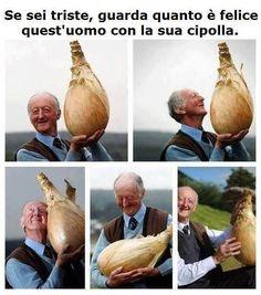 Se sei triste, guarda quanto è felice quest'uomo con la sua cipolla immagini-divertenti.org