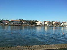 Au Grau d'Agde le fleuve Hérault se jette dans la Méditerrannée. Le grand calme en ce 16 12 2012. Beau soleil