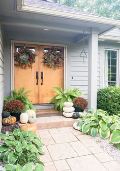 Fall porch decor is my favorite! It is simple, effortless, affordable and impactful. Learn how to style your fall front porch in 10 minutes! #fromhousetohaven #fallfrontporch #frontporchdecor #falldecorating #falldecor #outdoorfalldecor