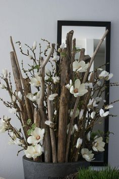 Room decoration with magnolia branches (artificial flowers) - New Haus Dekoration Diwali Diy, Diwali Craft, Happy Diwali, Floor Vase Decor, Vases Decor, Diwali Decorations, Christmas Decorations, Home Decor Accessories, Decorative Accessories
