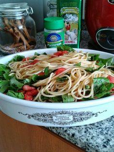 Espaguetis  aceite de oliva  tomate albahaca