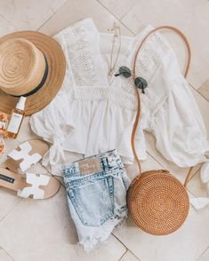 it, a shopping discovery app that allows you to instantly shop your favorite influencer pics across social media and the mobile web. Cute Summer Outfits, Cute Casual Outfits, Spring Outfits, Casual Summer, Fashion Mode, Fashion Outfits, Womens Fashion, Flat Lay Fashion, Office Fashion