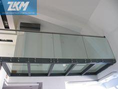 Balustrada szklana samonośna. Pochwyty ze stali nierdzewnej szlifowanej.