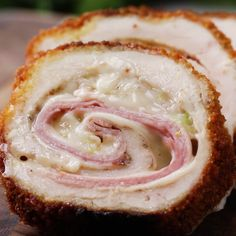 Diese Hähnchen-Cordon-Bleu-Rollen sind so knusprig und cremig, da läuft dir da… These chicken cordon bleu rolls are so crispy and creamy that your mouth will water Tasty Videos, Food Videos, Frango Cordon Bleu, Food Hacks, Love Food, Great Recipes, Recipes Dinner, Yummy Recipes, Food To Make