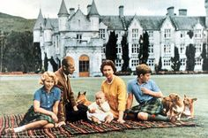 Queen Elizabeth, Prince Philip, Prince Charles, Princess Anne and baby Prince Andrew picnicking at Balmoral in Scotland in English Royal Family, British Royal Families, English Manor, Prince Phillip, Prince Charles, Baby Prince, Royal Prince, Royal Queen, Isabel Ii