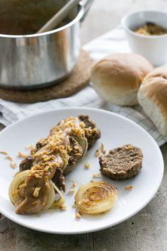 Berehap - of het lekkerste broodje bal. Met dikke plakken gebakken ui, en satésaus mag natuurlijk niet ontbreken. Lekker om zo te eten, of op een broodje.