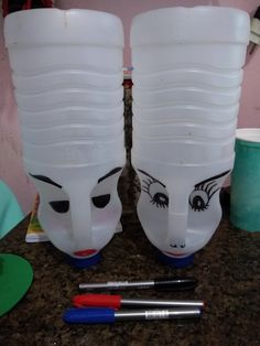 DIY Face Shaped Painted Plastic Bottle Planters - Unique Balcony & Garden Decoration and Easy DIY Ideas DIY Face Shaped Painted Plastic Bottle Planters - Balcony Decoration Ideas in Every Unique Detail Plastic Bottle Planter, Plastic Bottle Crafts, Plastic Bottles, Recycled Crafts, Diy And Crafts, Bleach Bottle, Hanging Flower Pots, Recycled Bottles, Garden Crafts