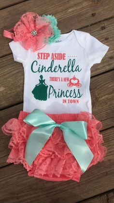 Step aside, Cinderella, there is a new princess in the city. Diaper cover with ruffles - Cricut - baby Disney Babys, Baby Disney, Disney Baby Onesies, Cute Baby Girl Outfits, Kids Outfits, Disney Outfits Girls, Ruffle Diaper Covers, Baby Supplies, Baby Kids Clothes
