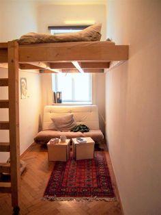 Dieses gemütliche WG-Zimmer ist ein Ort zum Wohlfühlen. Der kleine Raum wird durch das eingebaute Hochbett perfekt genutzt! #einrichten #wgzimmer #ideen